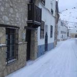 Fachada con nieve e iglesia